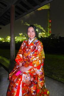 工場夜景をバックにしたかぐや姫の写真
