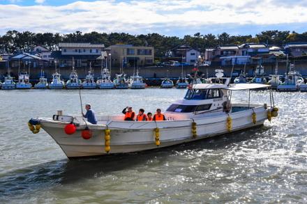 田子の浦漁協へ到着する渡船