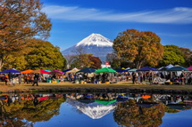 公園の池に映る逆さ富士とアートクラフトエリア