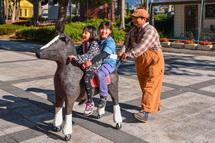アートな馬に乗って楽しむ