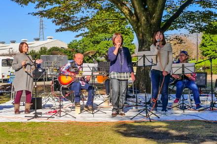 公園西側の広場で行われた野外ライブ