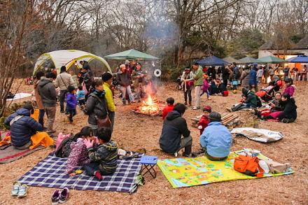 賑わう「焚き火deクリスマス@富士山・丸火の森」