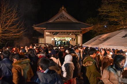 初詣客で賑わう村山浅間神社