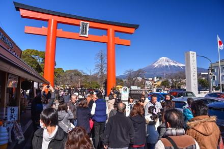 浅間大社前の鳥居と富士山の風景