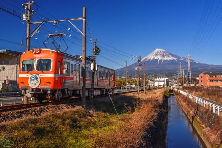 市場踏切から岳南電車と富士山の風景