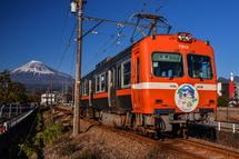 「迎春」のヘッドマーク付き岳南電車と富士山のコラボ