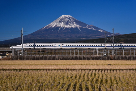 富士市東部の田園地帯から新幹線と富士山の風景