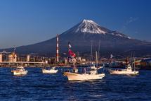 パレードを行う漁船と富士山のコラボ