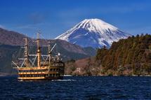 芦ノ湖の海賊船と富士山のコラボ