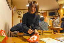 「凧八」さんの手ほどきを受けながら凧を制作