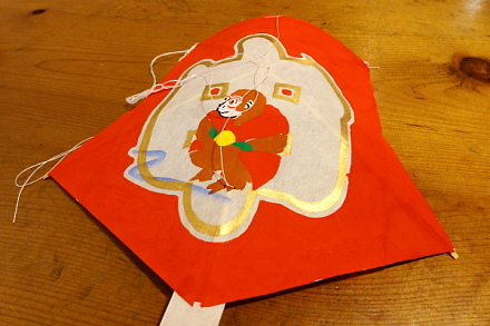糸を張って駿河干支凧の完成