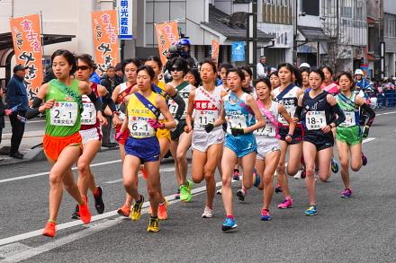 富士宮の目抜き通りを通過する大集団