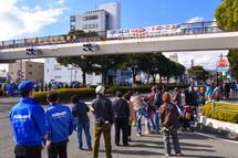 富士市役所前 たくさんの観客が詰めかける