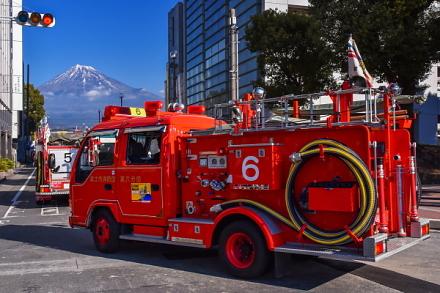 富士山とパレードする消防車