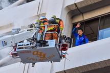 レスキュー隊によるはしご車を使った救助実演