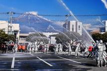 富士山と一斉放水の風景