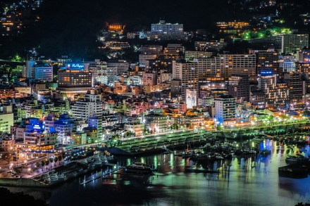 きらめく熱海の街をズームアップ