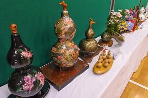 ひょうたんを使った多彩な作品が並ぶ