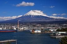 展望台から眺めた田子の浦港と富士山の風景