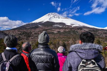 腰切塚展望台からの雄大な富士の眺めを楽しむ