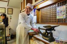 和洋菓子はせがわ 昔から使われている天秤計り