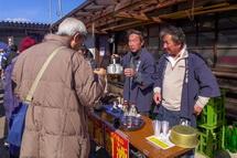 富士正酒造会場 熱燗の振る舞い