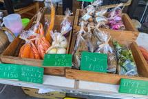 さまざまな旬の有機野菜が並ぶ