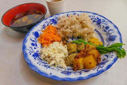 朝市カフェメニューの一例「根菜・大豆・つぶつぶ(雑穀)のプレート」