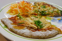 朝市カフェメニューの一例「菜食ピザセット」