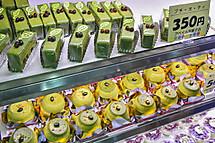 富士市のお茶を使った創作スイーツが並ぶ