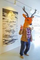 鹿マスクをかぶって記念撮影
