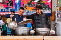 創作しらす料理を作る地元若手料理人