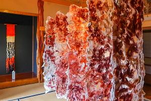 和の空間に展示された繊維造形作品