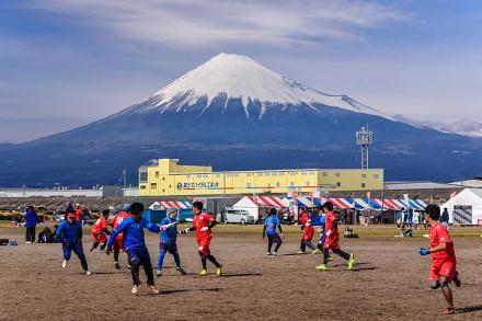 富士山バックにアルティメットの熱戦