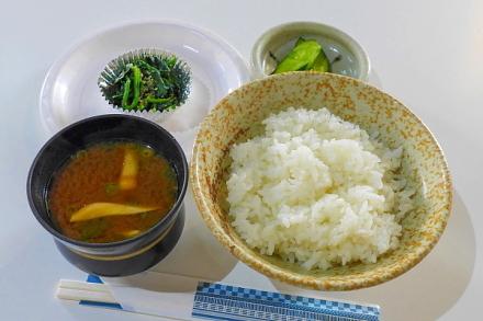 「富士のれんげ米」ご飯に味噌汁・漬物・一品おかずをつけた朝食