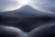 ダイヤモンド富士になる前の田貫湖 霧が漂って富士山は見え隠れする状態