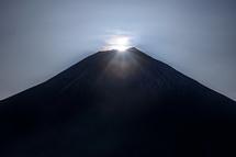 山頂に日が昇ってダイヤモンド富士に!