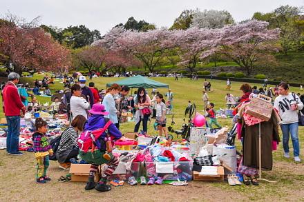 春の市で賑わう岩本山公園