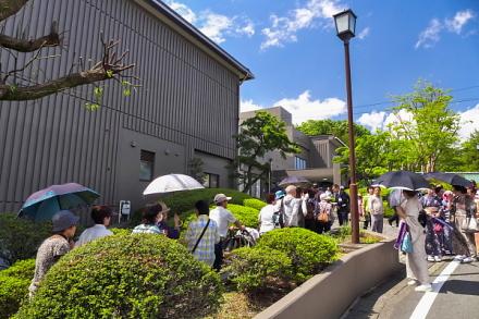 多くの市民で賑わうオープン初日の富士山かぐや姫ミュージアム