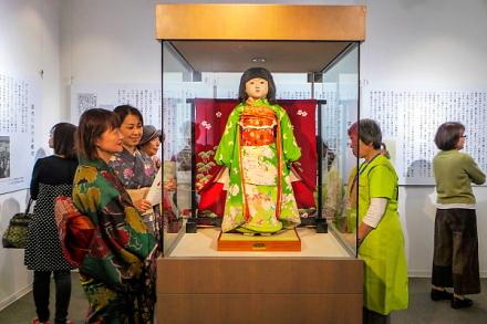 オープン記念の答礼人形「富士山三保子」里帰り展