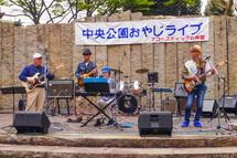 おやじバンドグループによる懐かしの音楽演奏