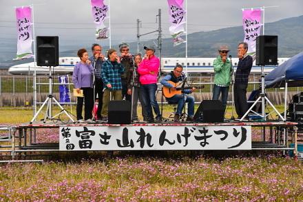 れんげ畑に設けられたステージで繰り広げられる演奏