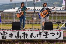 ステージでの演奏と新幹線の風景