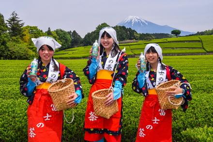 富士山と茶畑をバックに記念撮影