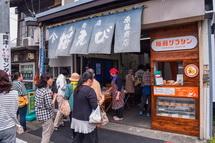 旧東海道沿いの店舗も賑わう