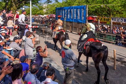馬場の周囲は見物客で埋め尽くされる