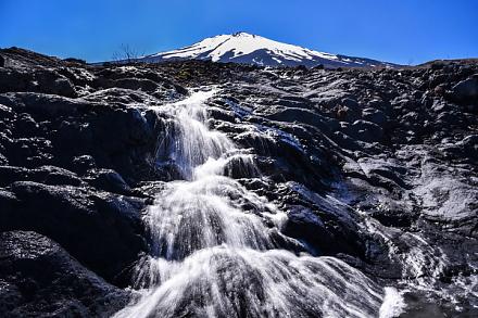 須走まぼろしの滝と富士山の風景