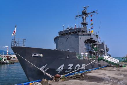 田子の浦港に入港した海上自衛隊の多用途支援艦「えんしゅう」