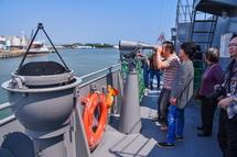 船内見学を楽しむ