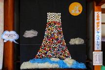 くるみボタンのタペストリーで富士山を表現した作品